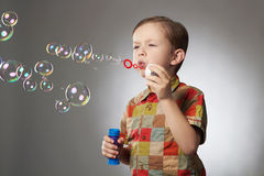 Bolhas de sabão de sopro da criança engraçada Little Boy fotografia de stock royalty free