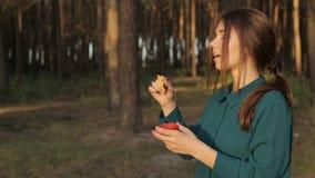 Bolhas de sabão de sopro da menina bonita filme