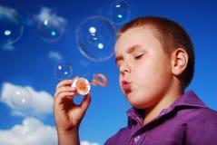 Bolhas de sabão de sopro do rapaz pequeno Fotos de Stock Royalty Free