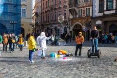 Bolhas de sabão de voo dos povos que formam a praça da cidade velha Praga, República Checa Imagem de Stock Royalty Free
