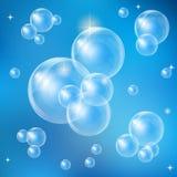 Bolhas de sabão em um fundo azul Fotos de Stock Royalty Free