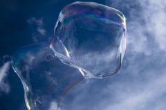 Bolhas de sabão maravilhosas contra o céu azul Imagem de Stock