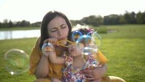 Bolhas de sabão de sopro da mãe com filha especial vídeos de arquivo
