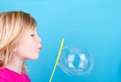 Bolhas de sopro da criança imagens de stock