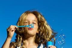 Bolhas de sopro da menina Foto de Stock Royalty Free