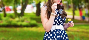 Bolhas de sopro da mulher bonita imagem de stock royalty free