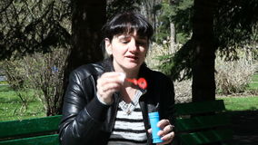 Bolhas de sopro da mulher moreno bonita nova vídeos de arquivo