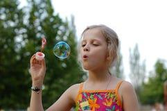 Bolhas de sopro da rapariga Imagens de Stock Royalty Free
