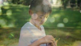Bolhas de sopro do rapaz pequeno no parque vídeos de arquivo