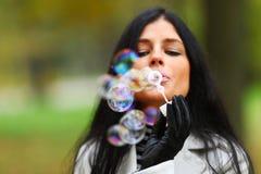 Bolhas do sopro da mulher do outono Fotografia de Stock