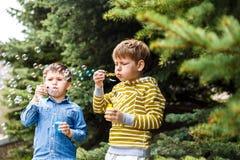 Bolhas do sopro das crianças foto de stock royalty free