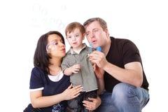 Bolhas do sopro do pai, da matriz e da criança Fotografia de Stock