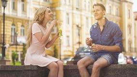 Bolhas dos pares bonitos e divertimento de sopro ter no dia de verão ensolarado, romance Fotos de Stock Royalty Free