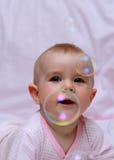 Bolhas felizes do bebê e de sabão Foto de Stock Royalty Free