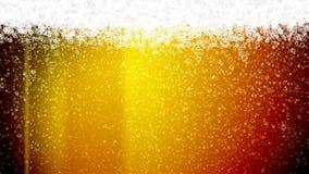 Bolhas frias e douradas da cerveja que ascensão vídeos de arquivo