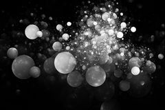 Bolhas monocromáticas de incandescência abstratas no fundo preto Imagens de Stock Royalty Free