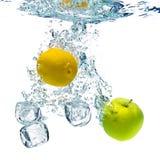 Bolhas na água azul Fotos de Stock Royalty Free