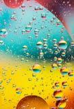 Bolhas na água, cores do óleo do arco-íris fotos de stock