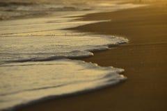 Bolhas, onda na praia, tom só da sensação do conceito na praia Imagens de Stock