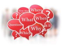 Bolhas vermelhas do discurso com perguntas Fotografia de Stock Royalty Free