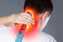 Boli w kręgosłupie, mężczyzna z backache, uraz w ludzkiej szyi, chiropractic traktowań pojęcie obraz stock