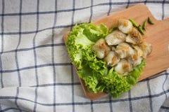 Bolinha de massa cozinhada da arroz-pele com bandeja de madeira, sobremesa tailandesa do estilo Fotos de Stock