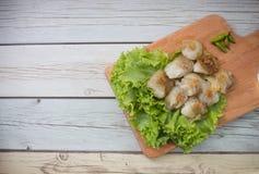 A bolinha de massa cozinhada da arroz-pele com bandeja de madeira, sobremesa tailandesa do estilo Foto de Stock Royalty Free
