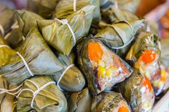 Bolinha de massa do arroz pegajoso de Zongzi na folha ou em Dragon Boat Festival de bambu imagem de stock royalty free