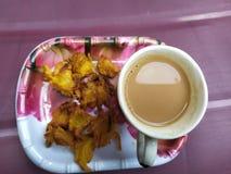 Bolinha de massa de Onnion com chá quente, prato indiano fotos de stock royalty free