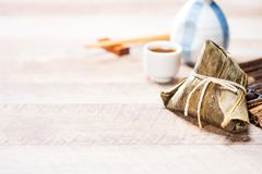 Bolinha de massa de Zongzirice com um copo do chá em uma tabela de madeira, Dragon Boat Festival, alimento tradicional asiático foto de stock royalty free