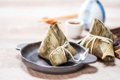 Bolinha de massa de Zongzirice com um copo do chá em uma tabela de madeira, Dragon Boat Festival, alimento tradicional asiático imagem de stock royalty free