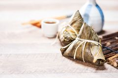 Bolinha de massa de Zongzirice com um copo do chá em uma tabela de madeira, Dragon Boat Festival, alimento tradicional asiático fotos de stock royalty free