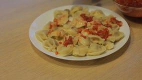 Bolinhas de massa antropófagas com molho da carne e de tomate em casa na cozinha video estoque