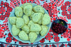 Bolinhas de massa caseiros e preservação das cerejas em uma toalha com um teste padrão do folclore imagens de stock