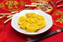 Bolinhas de massa chinesas caseiros do lingote do ouro fotos de stock royalty free