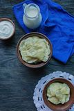 Bolinhas de massa com batatas e couve Creme de leite, leite e verdes Prato tradicional de Ucr?nia Fundo de madeira escuro fotos de stock