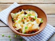 Bolinhas de massa com batatas em uma bacia imagem de stock royalty free