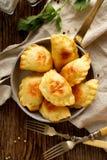 Bolinhas de massa cozidas enchidas com queijo e batatas de coalho em uma bandeja Imagens de Stock Royalty Free