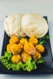 Bolinhas de massa cozinhadas e bolos chineses cozinhados da carne de porco imagem de stock