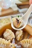 Bolinhas de massa da aleta do tubarão na bandeja de bambu no restaurante imagem de stock royalty free