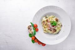 Bolinhas de massa da batata com carne e vegetais imagens de stock