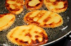 Bolinhas de massa da batata que fritam no óleo quente Imagem de Stock Royalty Free