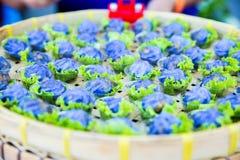 Bolinhas de massa dadas forma flor cozinhadas fotografia de stock royalty free