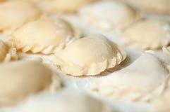 Bolinhas de massa de Vareniki com as batatas no fundo branco - traditi Imagem de Stock