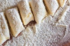 Bolinhas de massa preguiçosas tradicionais ucranianas com requeijão Culinária bielorrussa e ucraniana Processo de fazer bolinhas  Imagens de Stock Royalty Free