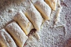 Bolinhas de massa preguiçosas tradicionais ucranianas com requeijão Culinária bielorrussa e ucraniana Processo de fazer bolinhas  Fotografia de Stock