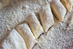 Bolinhas de massa preguiçosas tradicionais ucranianas com requeijão Culinária bielorrussa e ucraniana Processo de fazer bolinhas  Foto de Stock Royalty Free