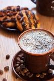 Bolinho da chávena de café e do chocolate na tabela Fotografia de Stock