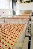 Bolinho da produção na fábrica Imagens de Stock