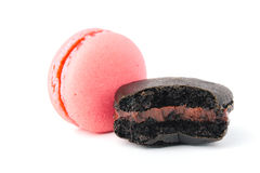 Bolinho de amêndoa colorido saboroso da mordida no fundo branco Imagens de Stock Royalty Free